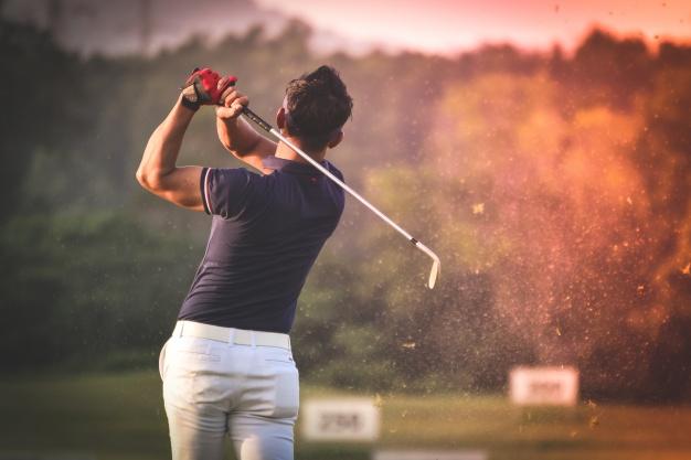 man-playing-golf_1286-128